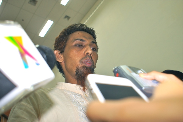 Umar Patek, an accused bombmaker in the 2002 Bali attacks, was speaking to reporters in West Jakarta District Court [2012: Oktofani]