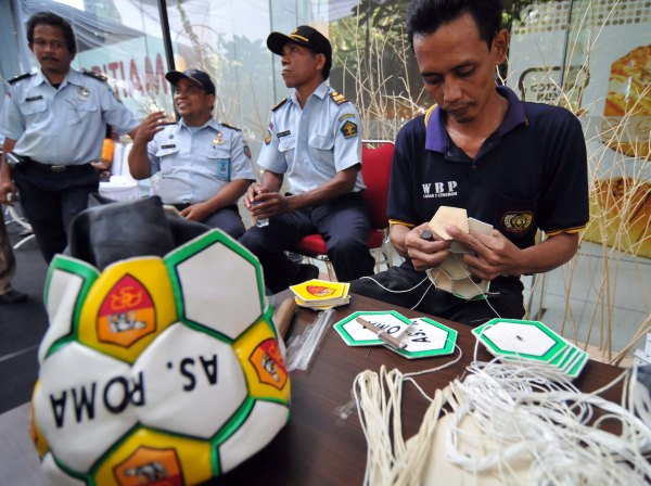 Ade, 37, demonstrates his skill making footballs at the Napi Craft 2012 exhibit in Jakarta. Income from sale of prisoners' products will be given to them upon their release, according to officials from the Directorate General of Corrections. [Photo by Clara Prima/ Khabar]