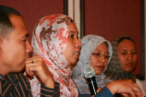Norma Manalu, an activist from Aceh, speaks at a June 4th gathering about women's rights in Aceh, at Hotel Acacia in Jakarta. [Elisabeth Oktofani /Khabar].